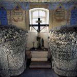 Костница в Чехии алтарь