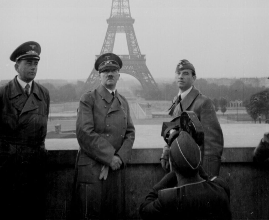 Гитлер позирует на фоне Эйфелевой башни
