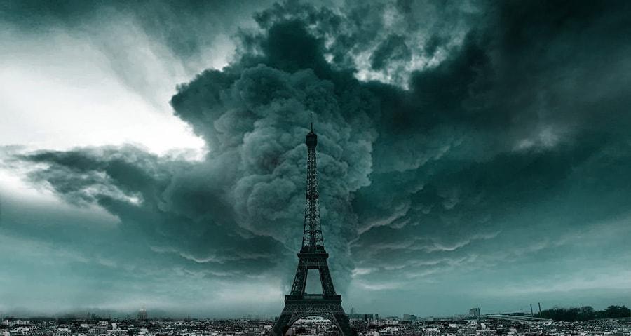 Эйфелева башня во время урагана